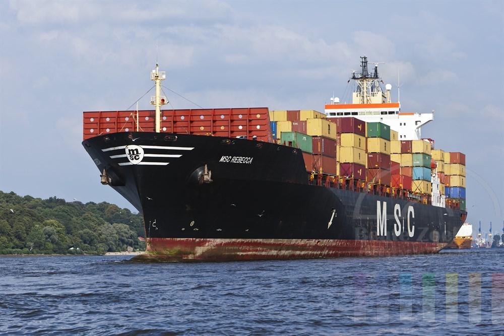 """Auslaufendes Containerschiff """"MSC Rebecca"""" auf der Elbe vor Hamburg-Oevelgoenne, sonnig"""