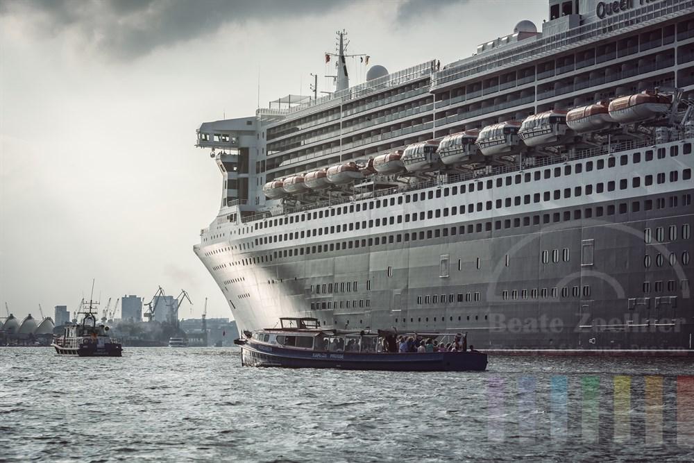 """Kreuzfahrtschiff """"Queen Mary II"""" kurz vorm Ablegen im Hamburger Hafen"""