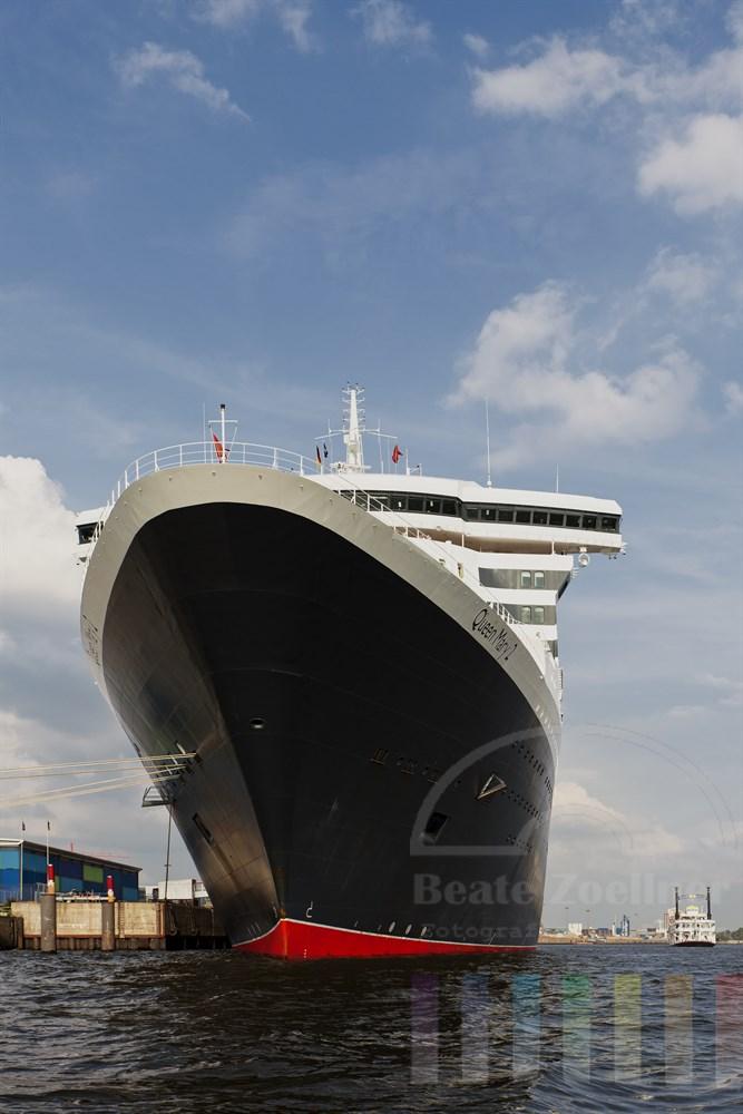 Das Kreuzfahrtschiff Queen Mary 2 liegt kurz vor ihrer Abreise nach Norwegen noch vertaeut am Kreuzfahrtterminal in der Hamburger Hafen City, sommerlich