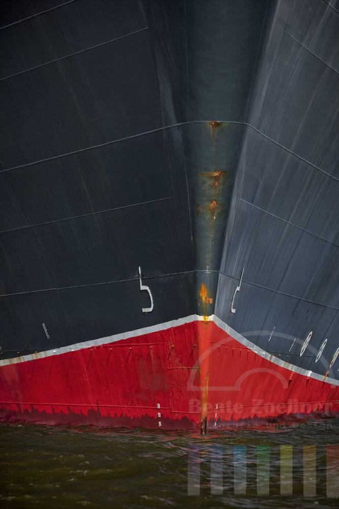 """Bug des Kreuzfahrschiffes """"Queen Mary II"""" im Sonnenlicht"""