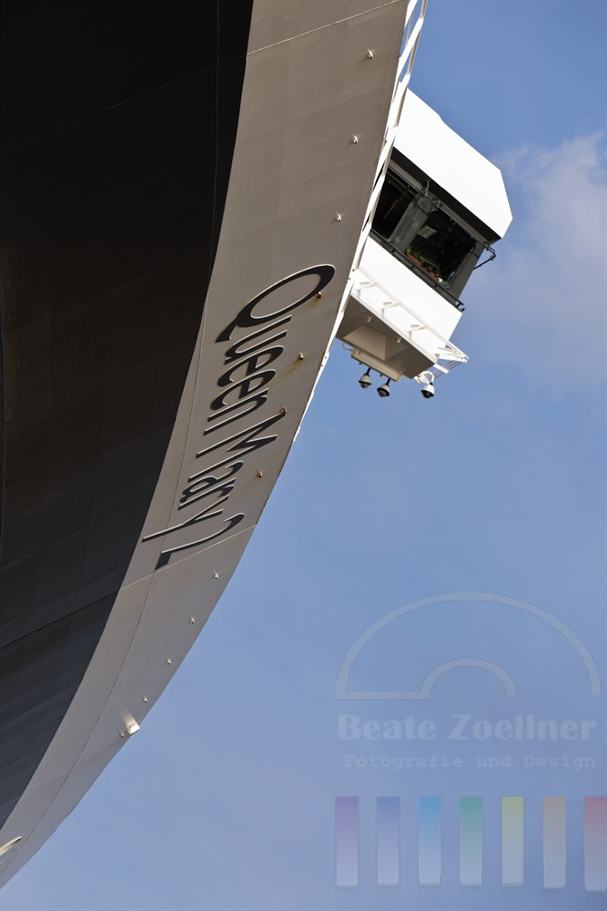 Das Kreuzfahrtschiff Queen Mary 2 aus ungewoehnlicher Perspektive