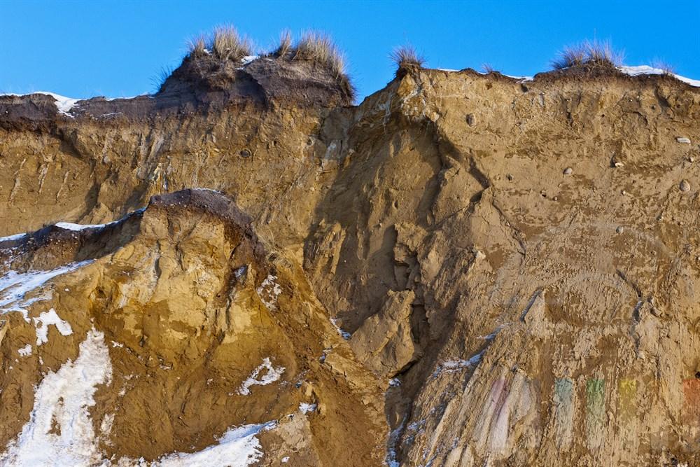 Abbruchkante des Roten Kliffs in Kampen/Sylt im Winter. Deutlich erkennbar ist ein grosses Bruchstueck, das in juengerer Vergangenheit abgerutscht ist