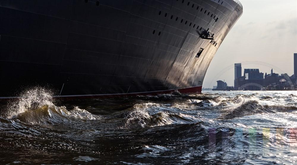 Das Kreuzfahrtschiff Queen Mary 2 laeuft aus dem Hamburger Hafen aus.  Abenstimmung, Blick auf den Hamburger Fischmarkt