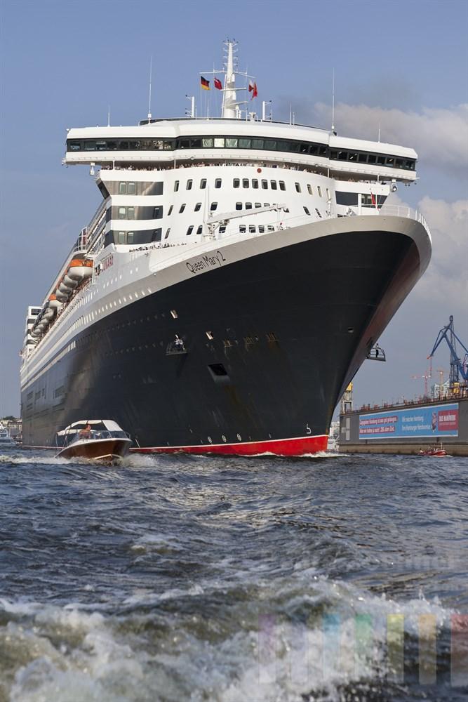 """Das Kreuzfahrtschiff """"Queen Mary II"""" verlässt den Hamburger Hafen, sommerlich"""