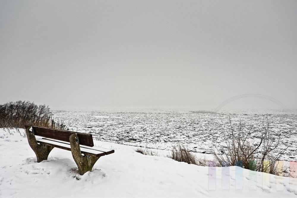 Blick über das Nebel verhangene und mit Eisschollen bedeckte Wattenmeer vor Keitum