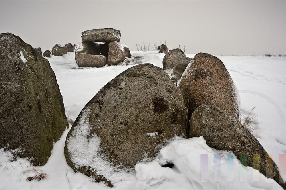 """verschneites steinzeitliches Grab """"Harhoog"""" auf dem Kliff in Keitum auf Sylt. Es wurde bei Bau des Hindenburgdammes entdeckt und befindet sich somit nicht an seinem Original-Standort"""