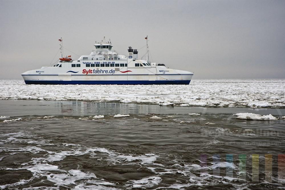 Sylt-Fähre fährt durch die Eisschollen auf der Nordsee und steuert den Hafen List/Sylt an