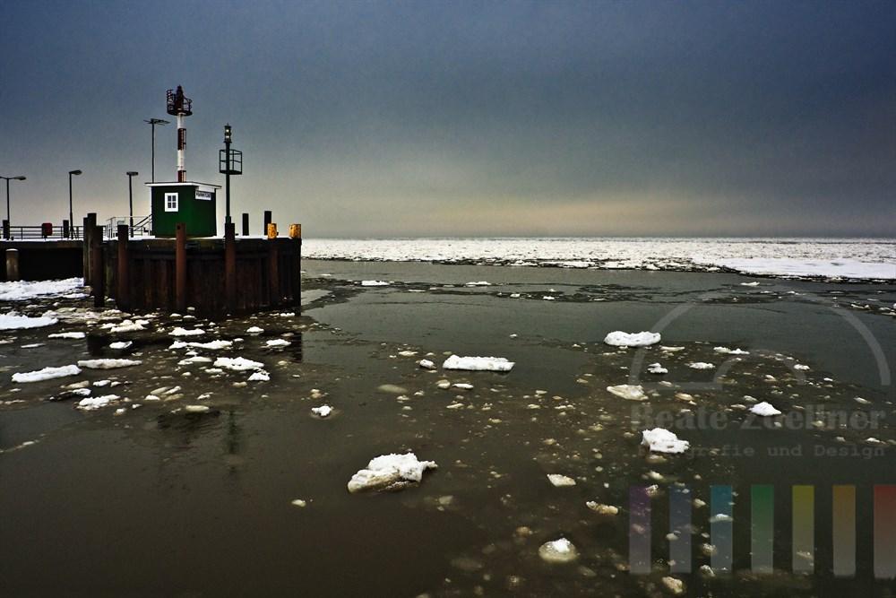 Die Eisschollen werden bei Tauwetter von der Ebbe aus dem Hafen List/Sylt gesogen