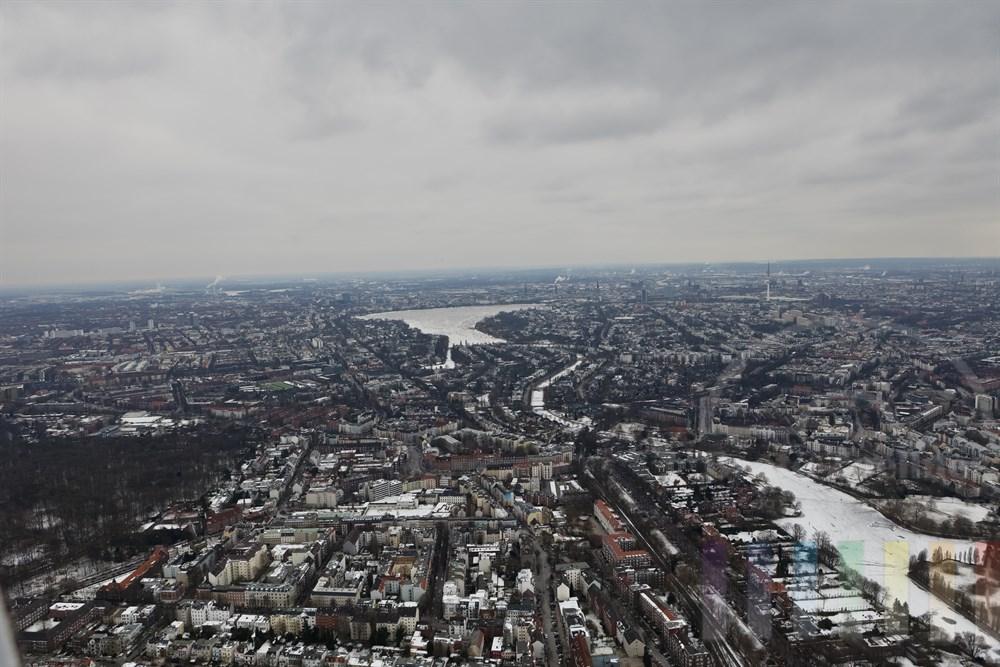 Anflug auf die zugefrorene Aussenalster, im Hintergrund die Elbe