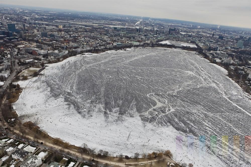 Luftfoto: zugefrorenen Aussenalster, City im Hintergrund
