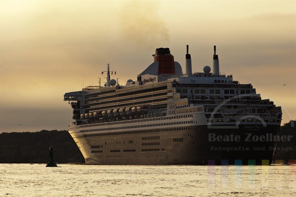 """Kreuzfahrtschiff  """"Queen Mary 2"""" faehrt vor Hamburg-Blankenese elbabwaerts, Abendstimmung"""