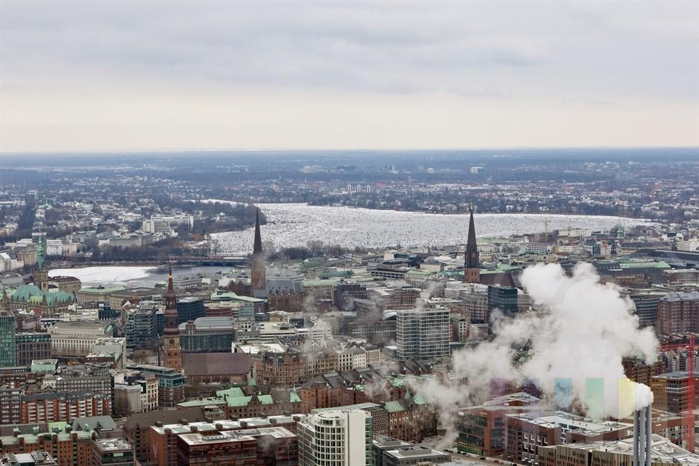 Blick ueber die Stadt auf die Aussenalster mit ALstereisvergnuegen