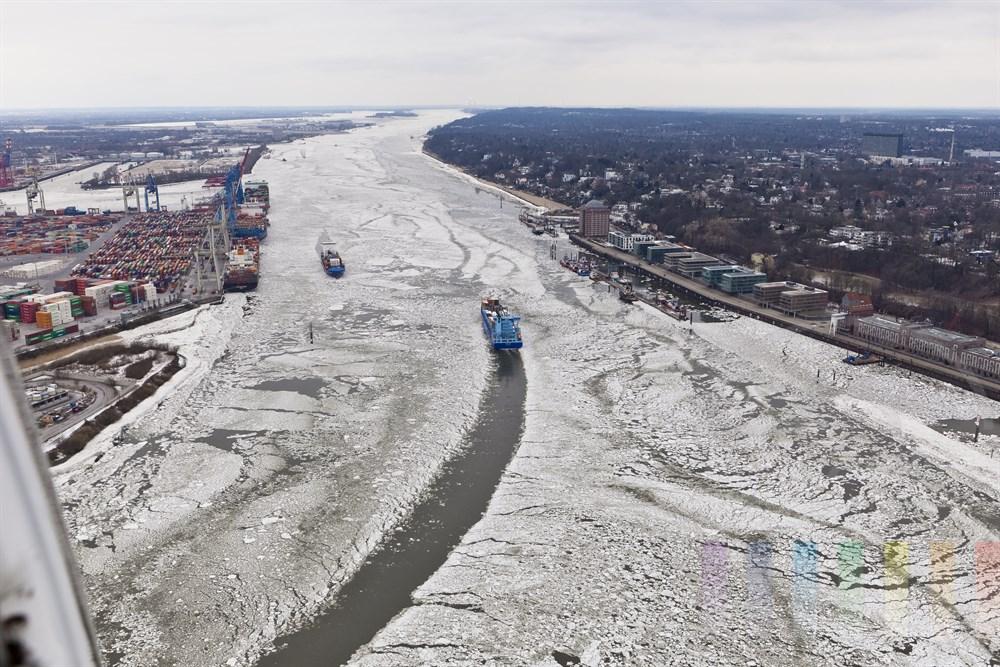 Luftfoto: Blick aus dem Hubschrauber ueber die vereiste Elbe flussabwaerts