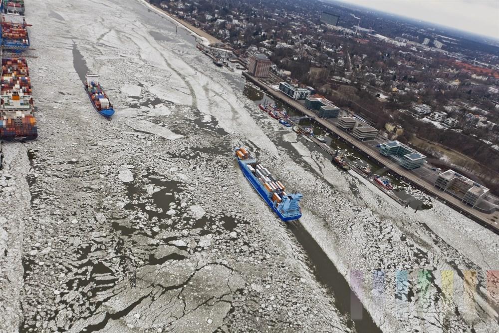 Luftfoto: Hoehe Burchardkai begegnen sich zwei Frachtschiffe auf der vereisten Elbe