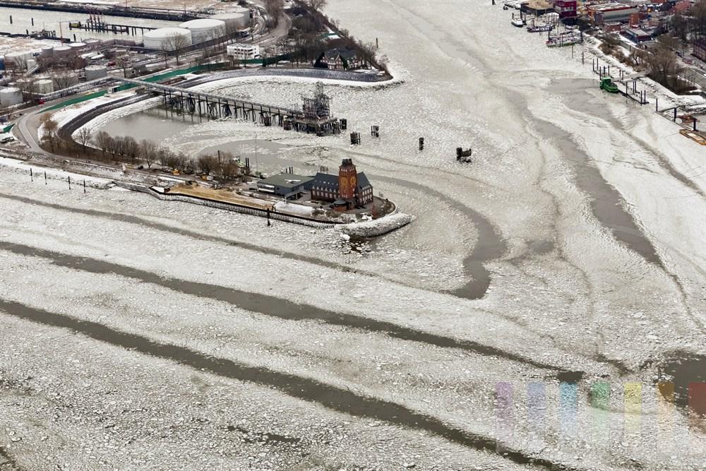 Luftfoto: Hafenlotsenstation Seemannshoeft in Hamburg-Finkenwerder, im Vordergrund die Elbe mit dicht treibenden Eisschollen