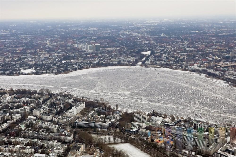 Luftfoto: Blick ueber die zugefrorene Aussenalster