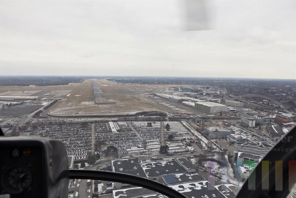 Landeanflug eines Helikopters auf den Flughafen Hamburg, winterlich