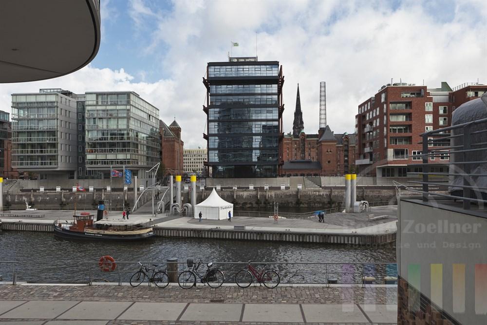 """Blick von der Strasse """"am Kaiserkai"""" in der Hamburger City auf den Traditionsschiff-Hafen und die historische Speicherstadt"""