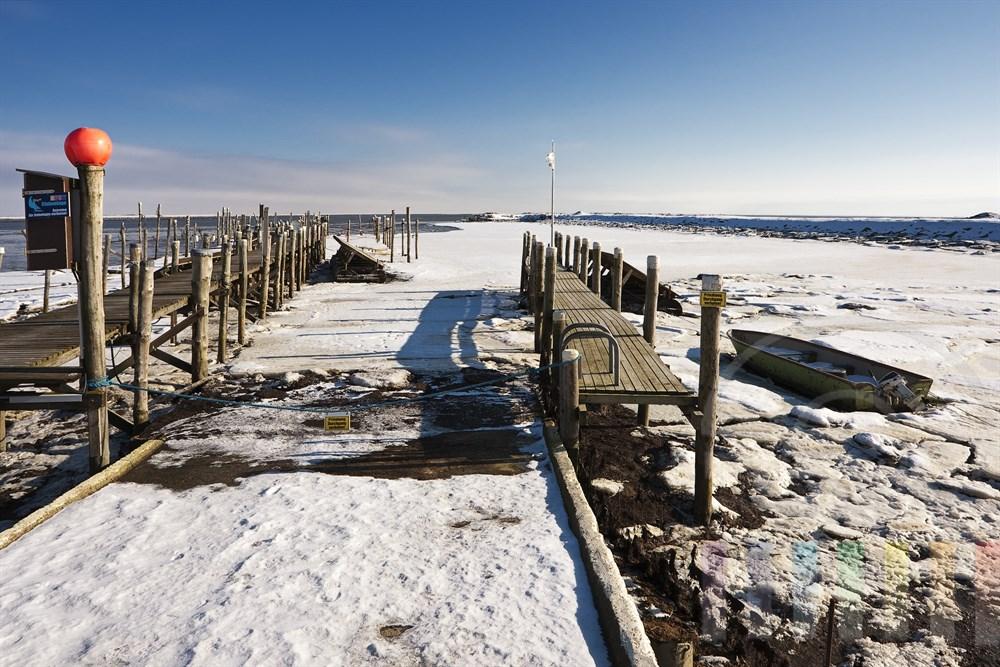Der vereiste Bootshafen am winterlichen Wattenmeer vor Rantum/Sylt, sonnig