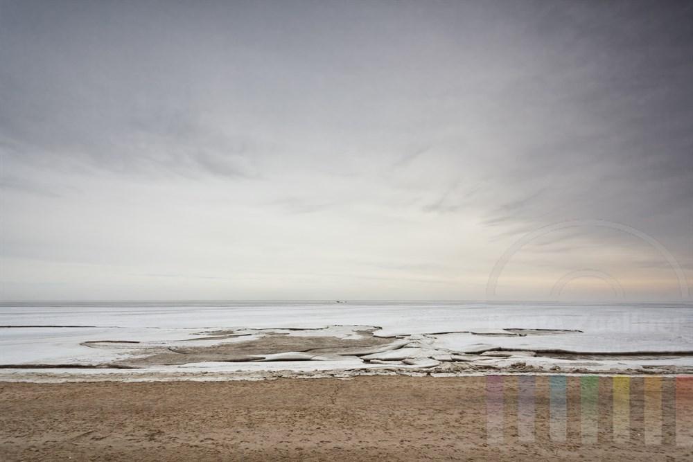 Dicke Eisschollen bedecken das Wattenmeer vor der Insel Sylt