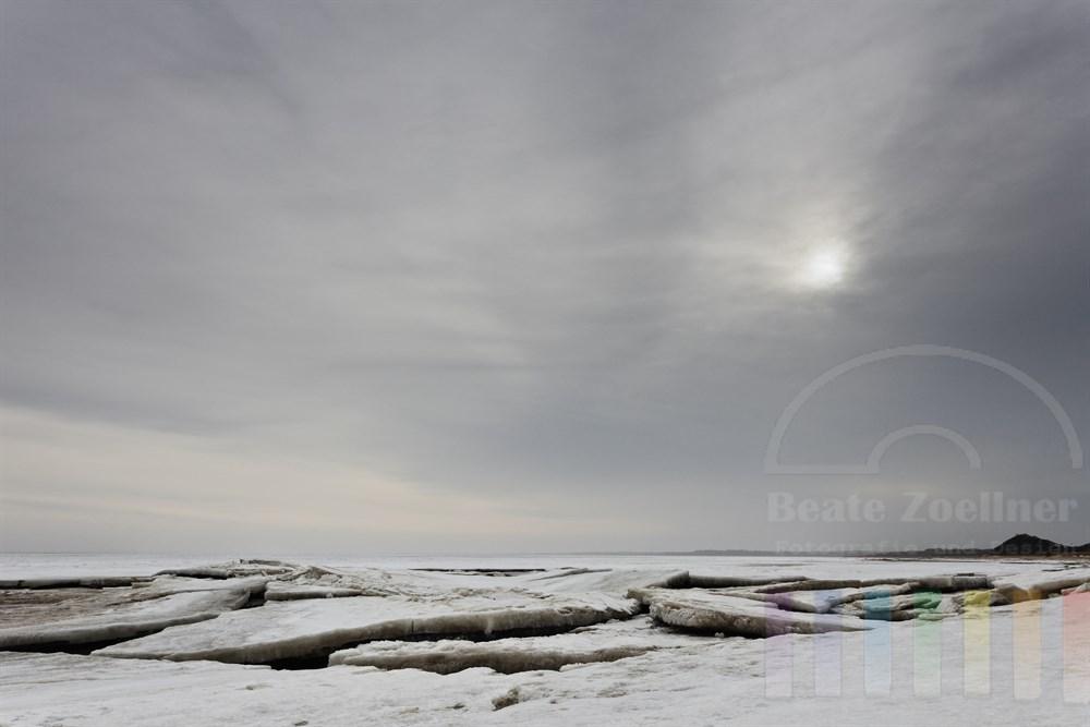 Eisschollen haben sich am Ufer des Wattenmeeres vor Sylt (Blidselbucht zwischen Kampen und List) zusammen geschoben