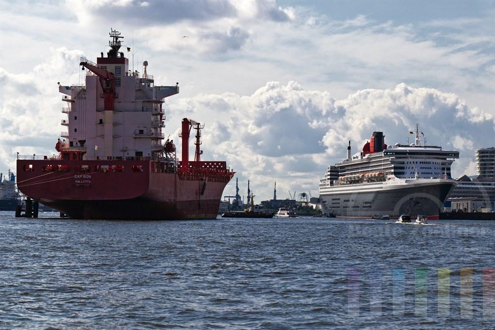 """Blick aus Richtung Elbbruecken auf den Hafen mit einem an den Dalben liegendem Schiff und des Kreuzfahrtschiffes """"Queen Mary 2"""" am Cruise Center in der Hafencity, sonnig"""