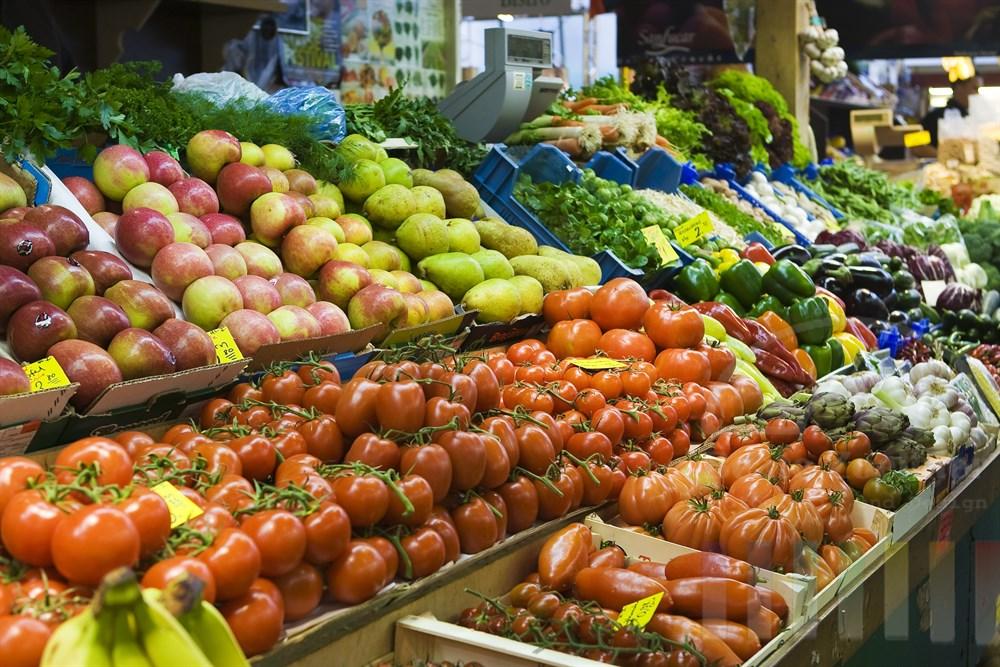 Obst- und Gemüsestand auf dem Markt in der Frankfurter Kleinmarkthalle