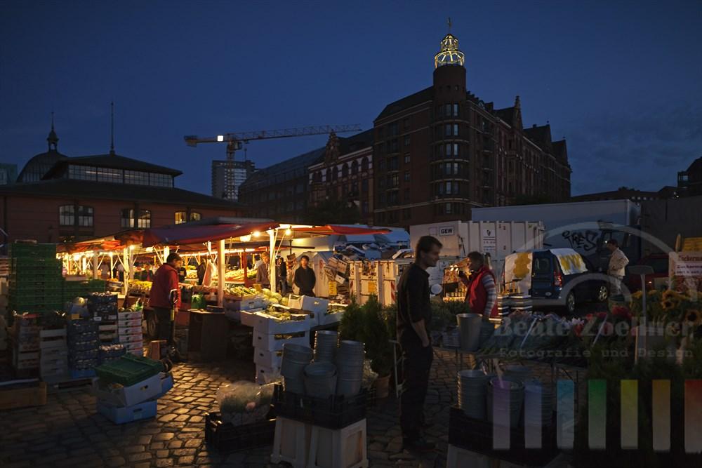 Frueher Sommermorgen auf dem Hamburger Fischmarkt, im Hintergrund die Fischauktionshalle