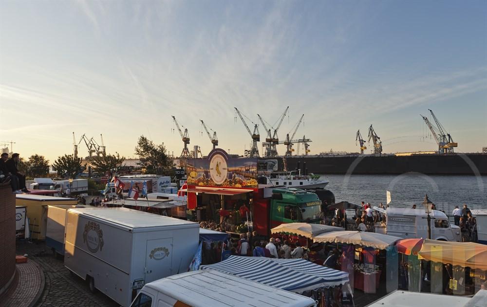 Frueher Sommermorgen auf dem Hamburger Fischmarkt, Blick Richtung Werft