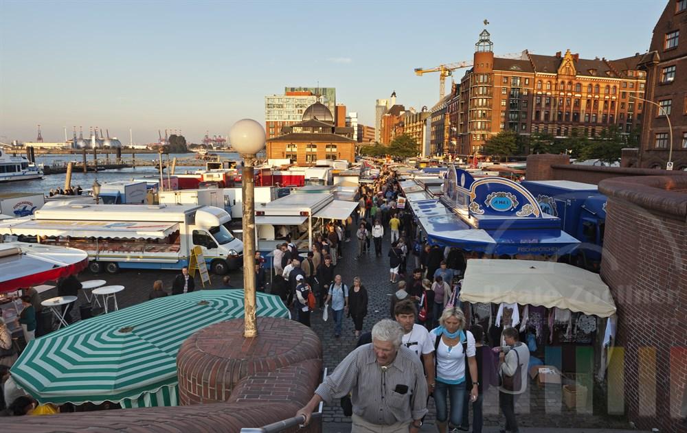 Frueher Sommermorgen auf dem Hamburger Fischmarkt, Blick Richtung Westen mit Fischauktionshalle