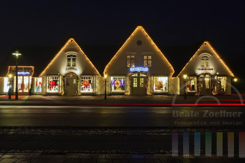 Festlich dekorierte Edel-Boutiquen in Kampen, Nachtaufnahme
