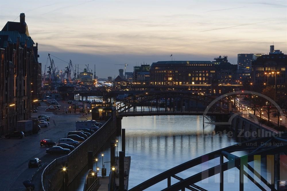 Blick aus der Hamburger Speicherstadt, den Hafen und die Brücken über den Zollkanal in richtung Baumwall