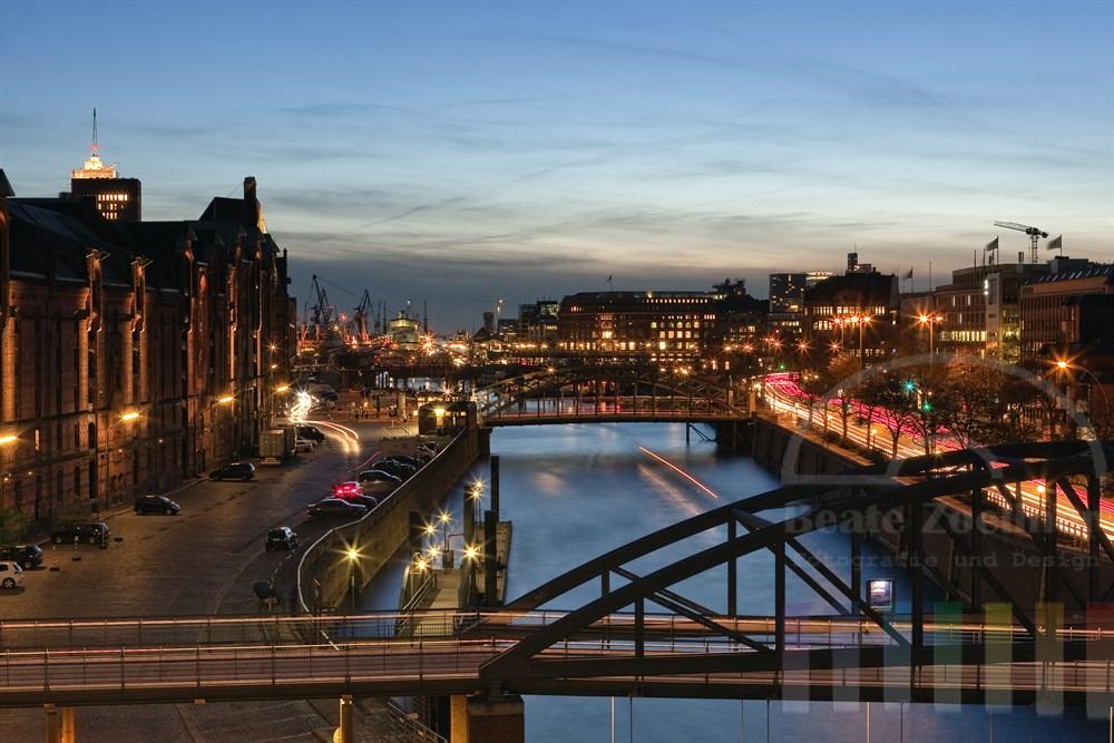 Blick aus der Hamburger Speicherstadt über den Zollkanal und zahlreiche Bruecken zur blauen Stunde