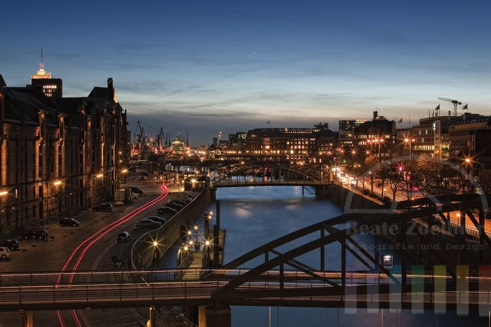 Blick auf die Hamburger Speicherstadt, den Hafen und den Zollkanal zur blauen Stunde