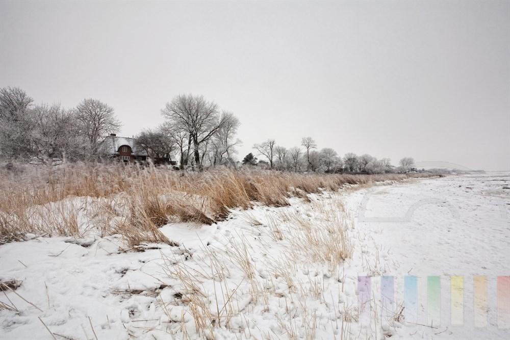 Verschneite Wattenmeerküste vor Keitum/Sylt, bedeckter Himmel