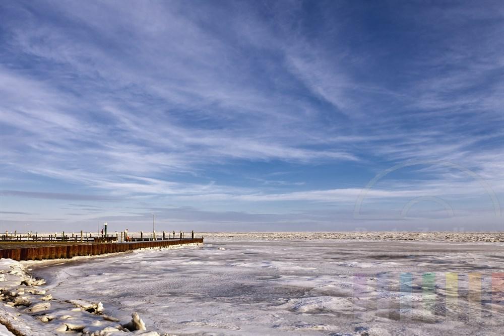 Der vereiste Hafen von Munkmarsch an der Sylter Wattenmeer-Kueste, sonnig