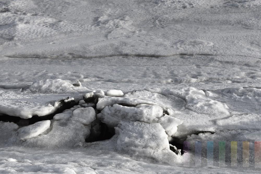 Dicke Eisschollen schieben sich an der Nordseekueste uebereinander
