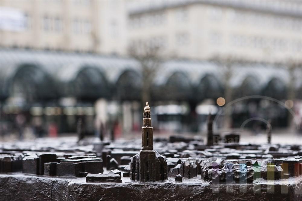 """Das Bronzerelief der Hamburger Innenstadt auf dem Rathausmarkt soll sehbehinderten Menschen helfen, sich in der City zu orientieren. Im Vordergrund die St. Michaelis-Kirche (""""Michel)"""