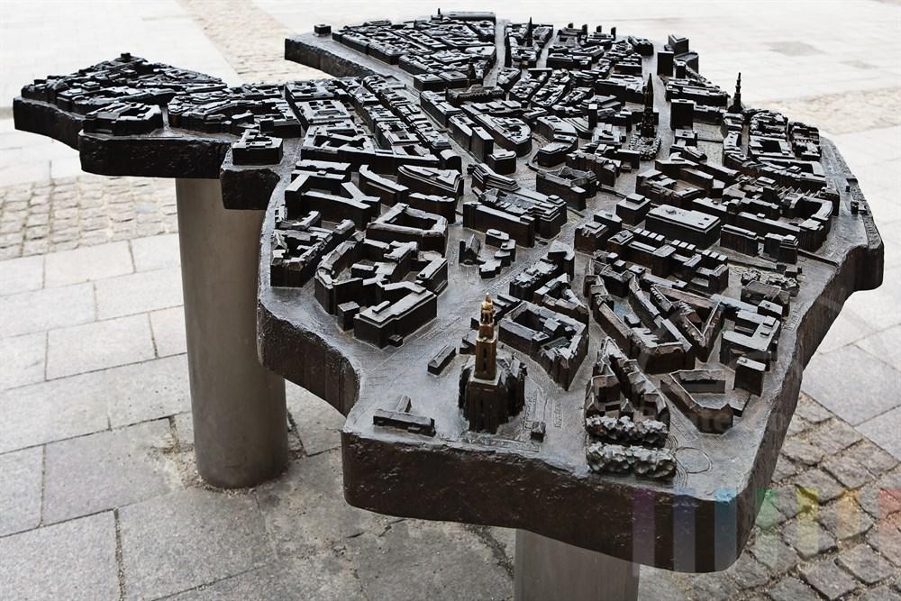 Das Bronzerelief der Hamburger Innenstadt auf dem Rathausmarkt soll sehbehinderten Menschen helfen, sich in der City zu orientieren. Strassennamen sind beispielsweise in der Blindenschrift (Braille) tastbar