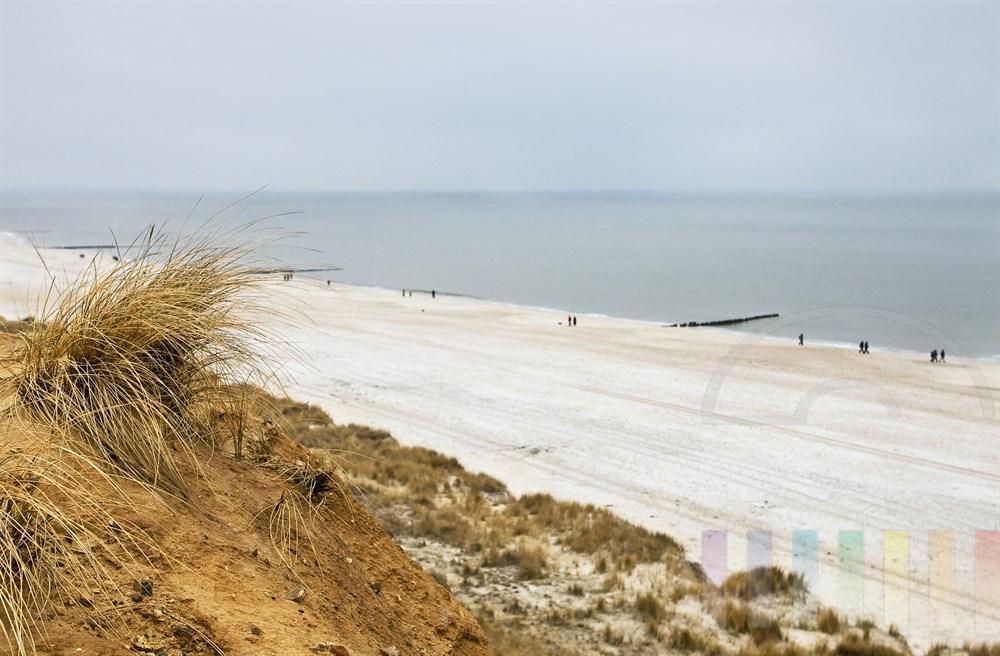 bei trübem Winterwetter: Blick vom roten Kliff in Kampen auf der Insel Sylt auf den Strand und die Nordsee