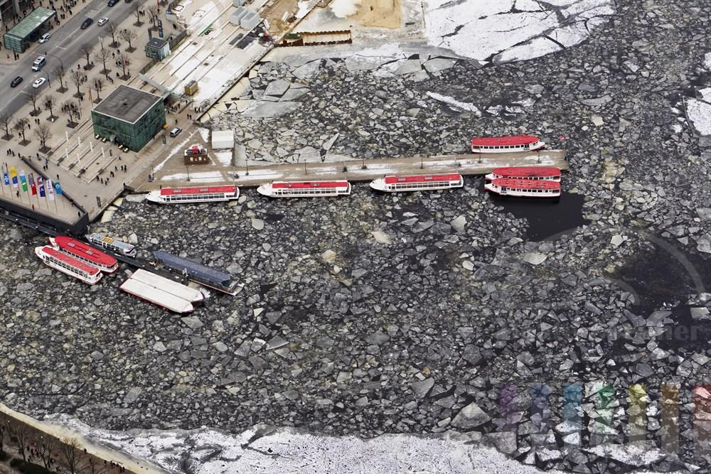 Die ALsterschiffe liegen zwischen Eisschollen fest am Steg an der Binnenalster