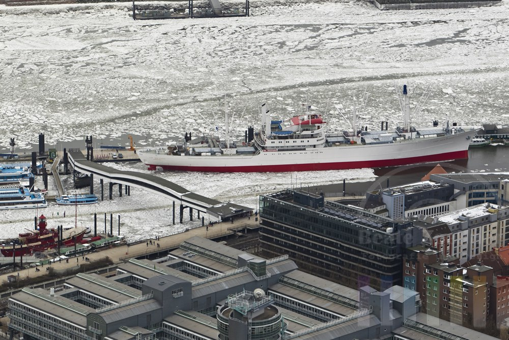 Blick ueber die Daecher des Verlagsgebauedes von Gruner+ Jahr auf das Museumsschiff Cap San Diego