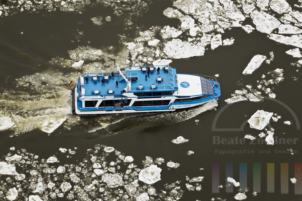 Luftfoto: Hafenrundfahrtsschiff auf der Elbe zwischen treiebenden EIsschollen