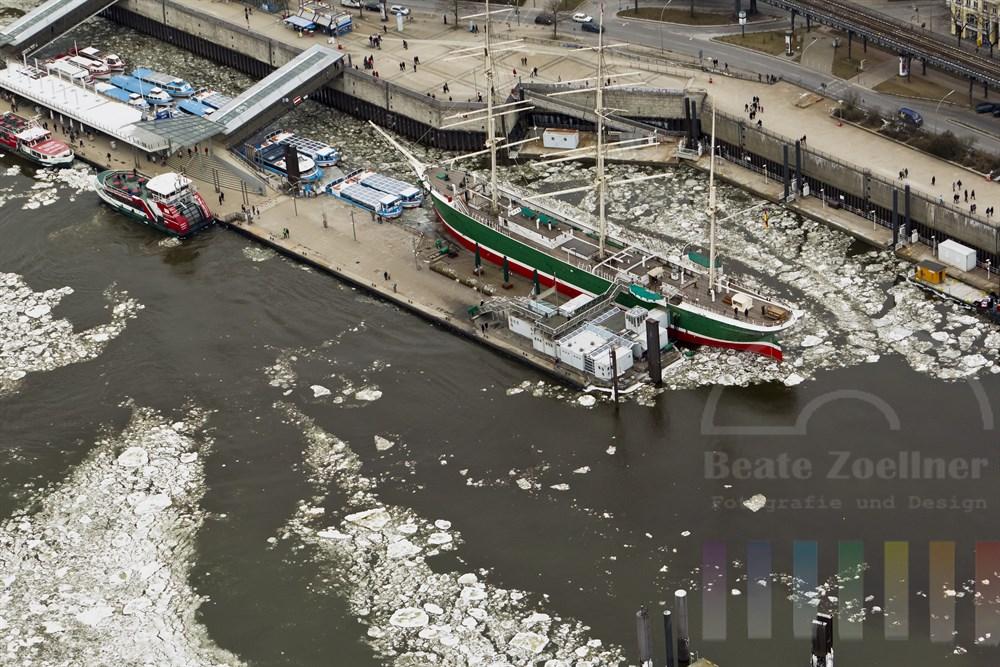 """Luftfoto: Die """"Rickmer Rickmers"""" an ihrem Liegeplatz am Hafentor, Eisschollen treiben auf der Elbe"""