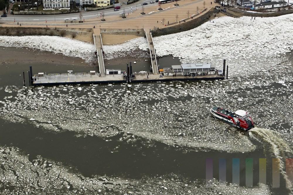 Luftfoto: Elbfaehre legt am Anleger Teufelsbrueck an