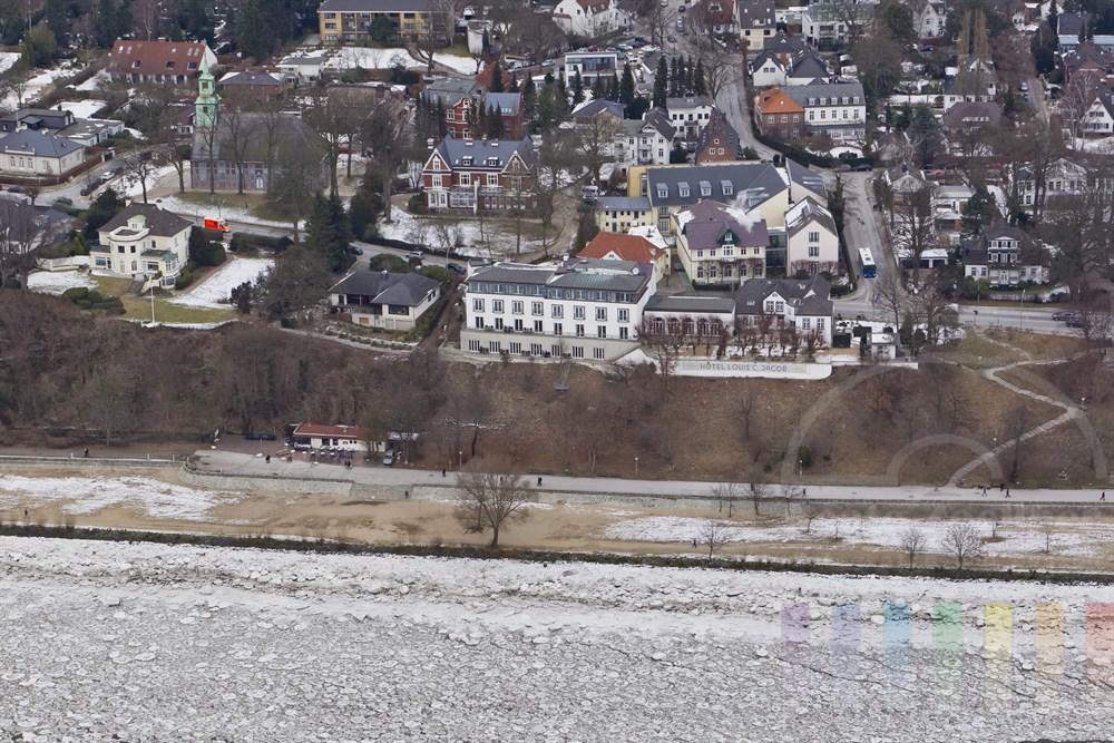 Luftfoto: Der Hamburger Elbvorort Nienstedten mit  Elbchaussee, Kirche und Hotel Louis C. Jacob