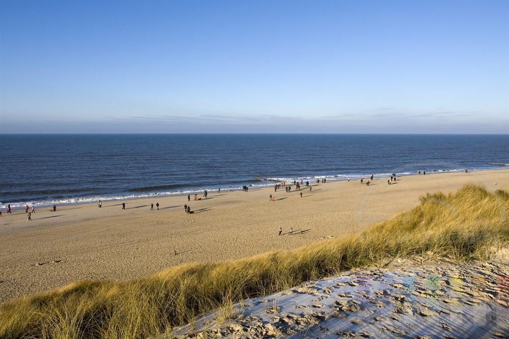Zahlreiche Urlauber genießen am Strand der Insel Sylt das sonnige Winterwetter
