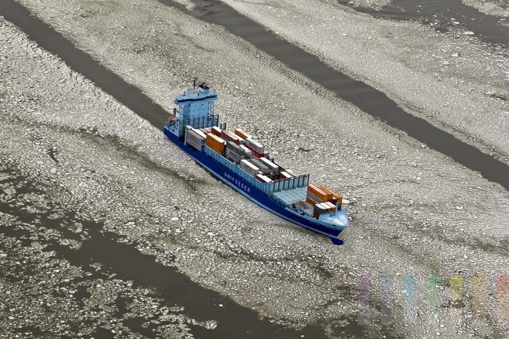 Unifeder-Schiff bahn sich auf der Elbe seinen Weg durch die Eisschollen im Hamburger Hafen