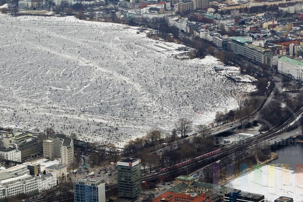Blick ueber die zugefrorene Aussenalster mit zig tausenden Besuchern