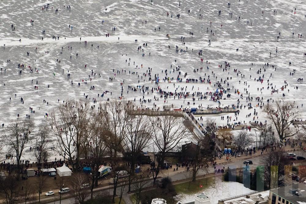 Blick ueber die zugefrorene Aussenalster Hoehe Anleger Alter Rabenstrasse mit zig tausenden Besuchern